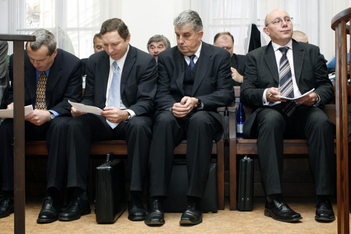 Obvinění manažeři KB - Jaroslav Mareš úplně vpravo