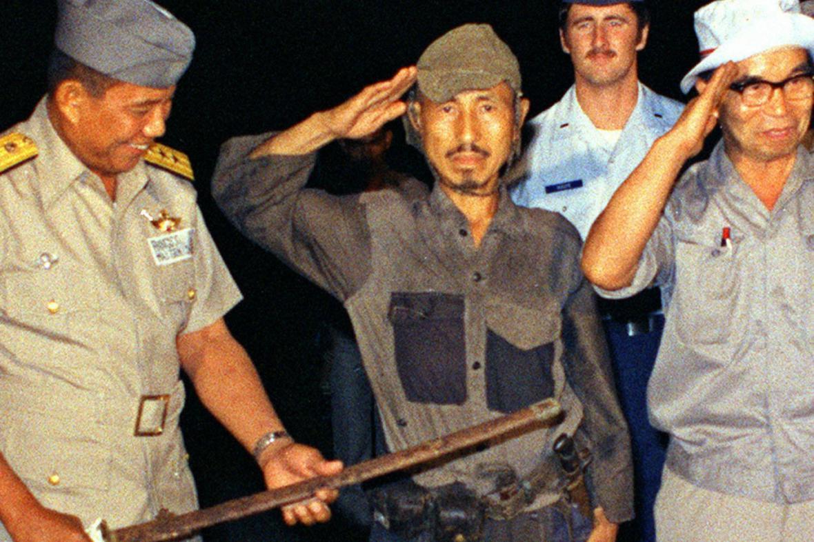 Onoda předal 30 let po válce svůj meč filipínskému generálovi