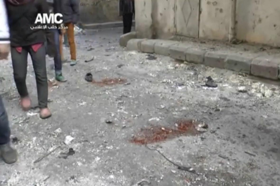 Následky leteckého útoku v Aleppu
