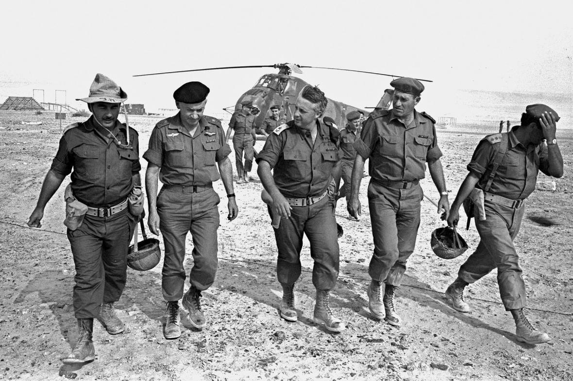 Ariel Šaron (uprostřed) během šestidenní války v roce 1967