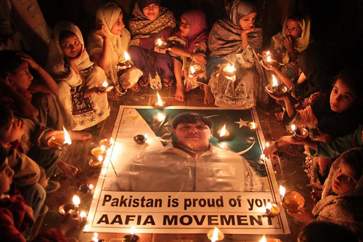 Děti v Karáčí při uctění památky statečného školáka