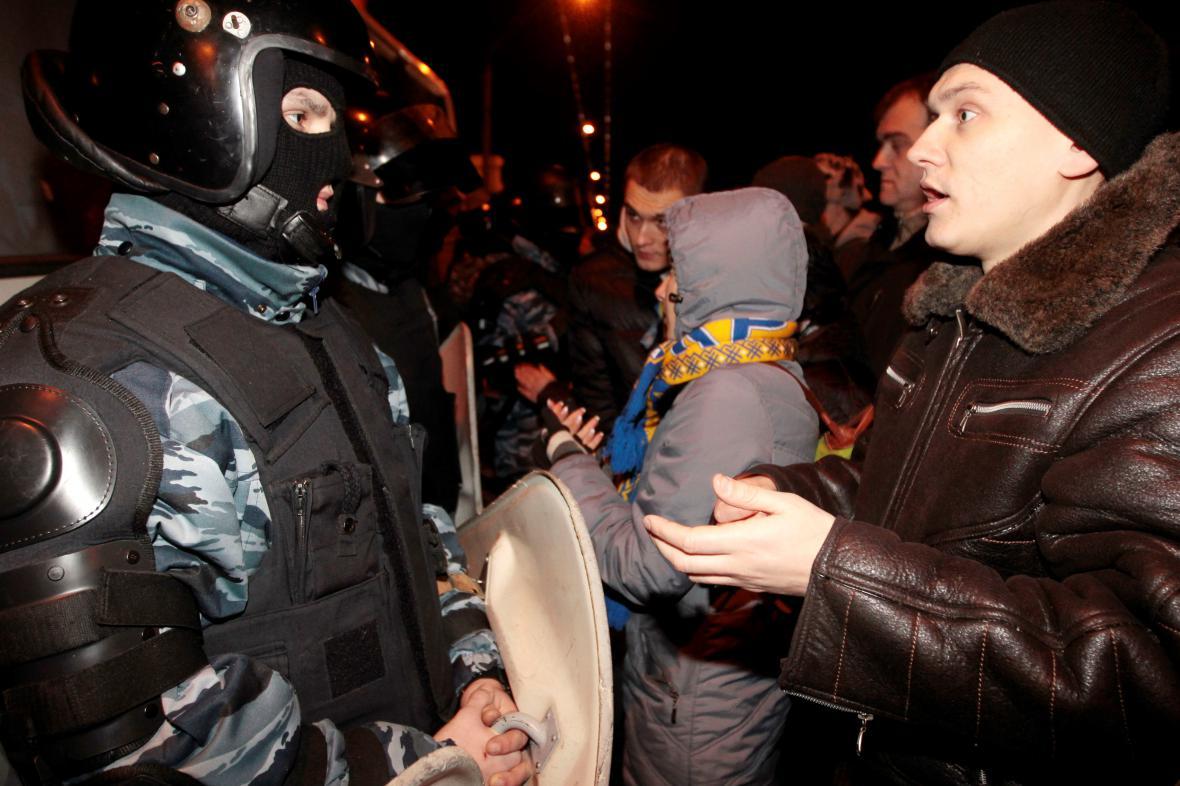 Ukrajinský policista a proevropský aktivista v centru Kyjeva