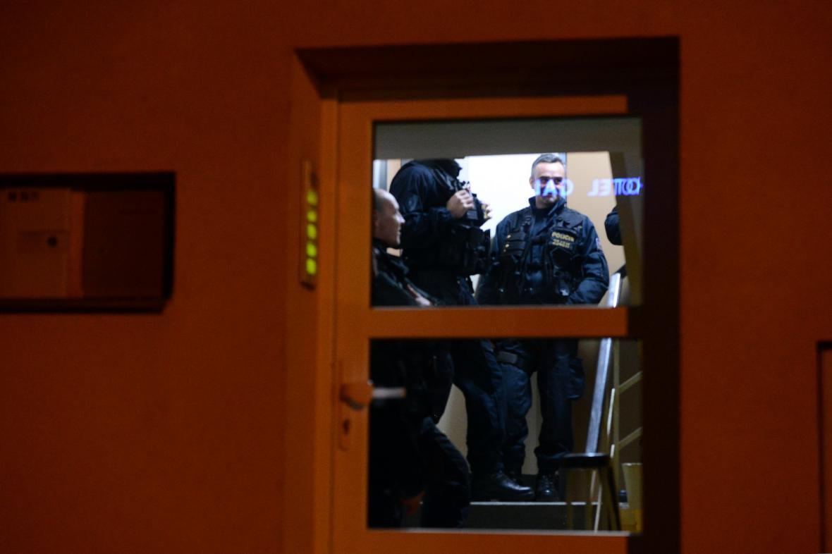 Policisté prohledávají velvyslaneckou rezidenci