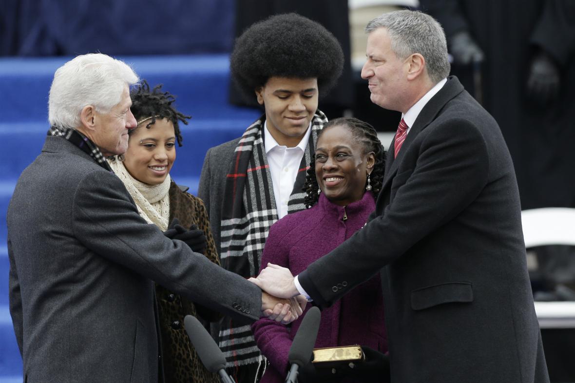 De Blasio přijímá Clintonovu gratulaci při inauguračním obřadu