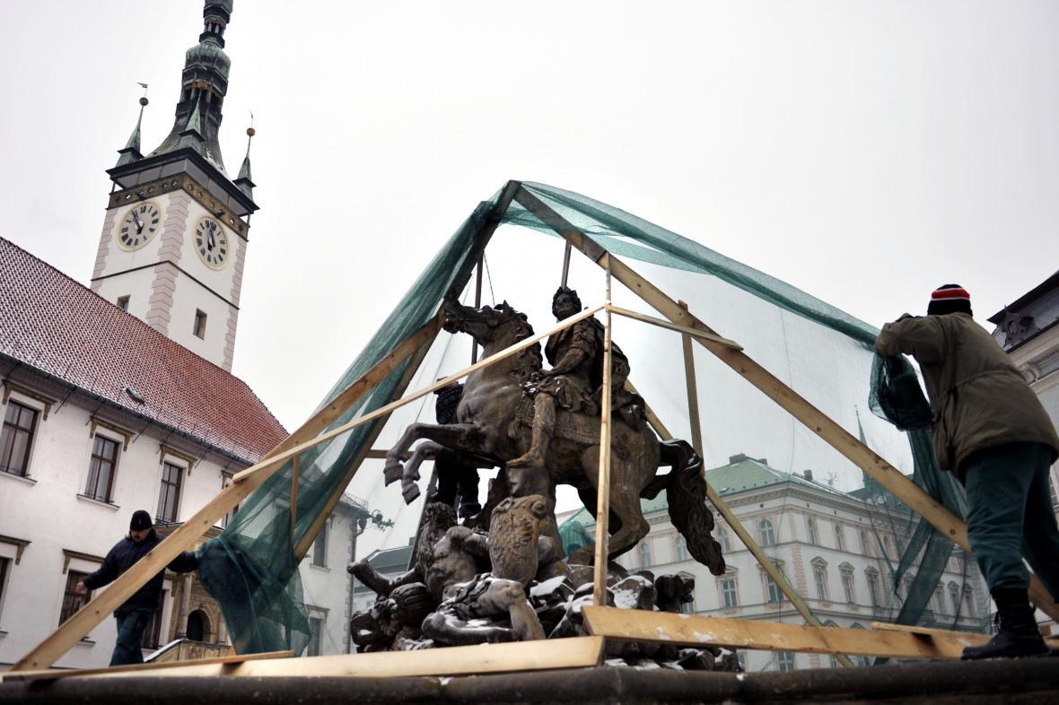 Barokní kašny v Olomouci se kvůli Silvestru zahalily do sítí