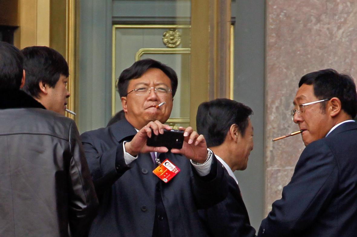 Kouřící delegáti sjezdu Komunistické strany Číny