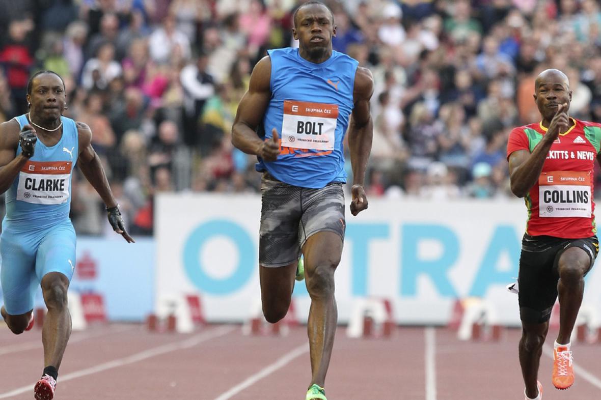 Usain Bolt v závěru závodu na 100 metrů