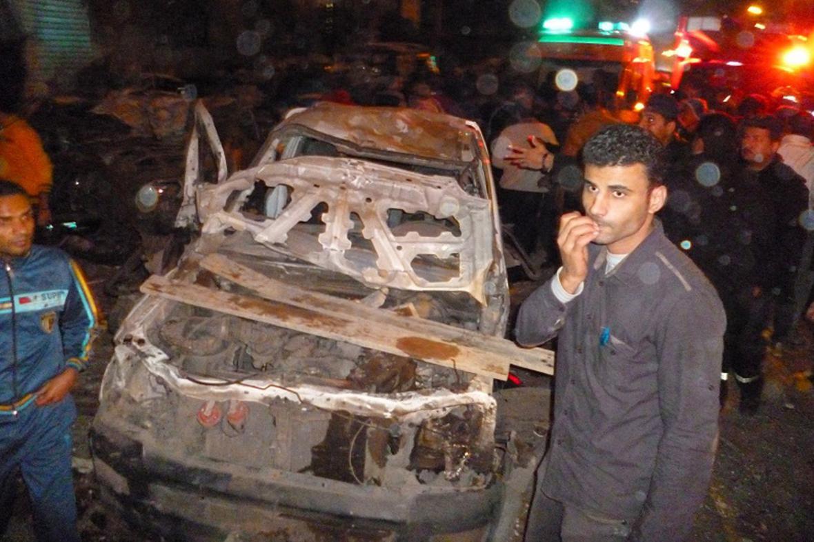Nastražený automobil po explozi před policejním velitelstvím