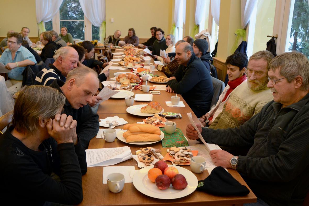 Lidé bez domova v Olomouci slavili Vánoce