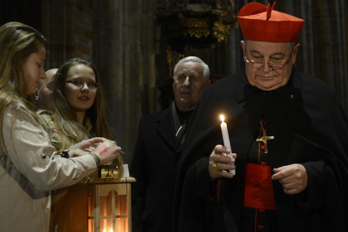 Skauti přivezli do Prahy Betlémské světlo