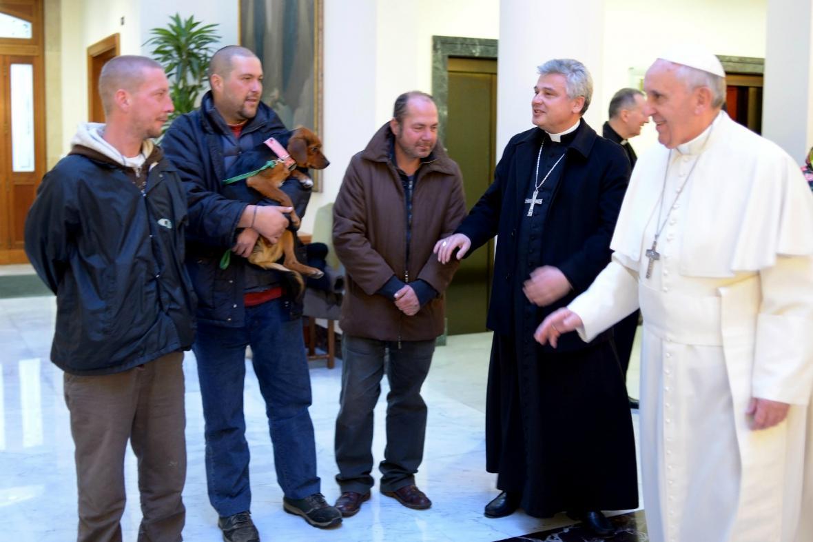 František posnídal se čtyřmi bezdomovci