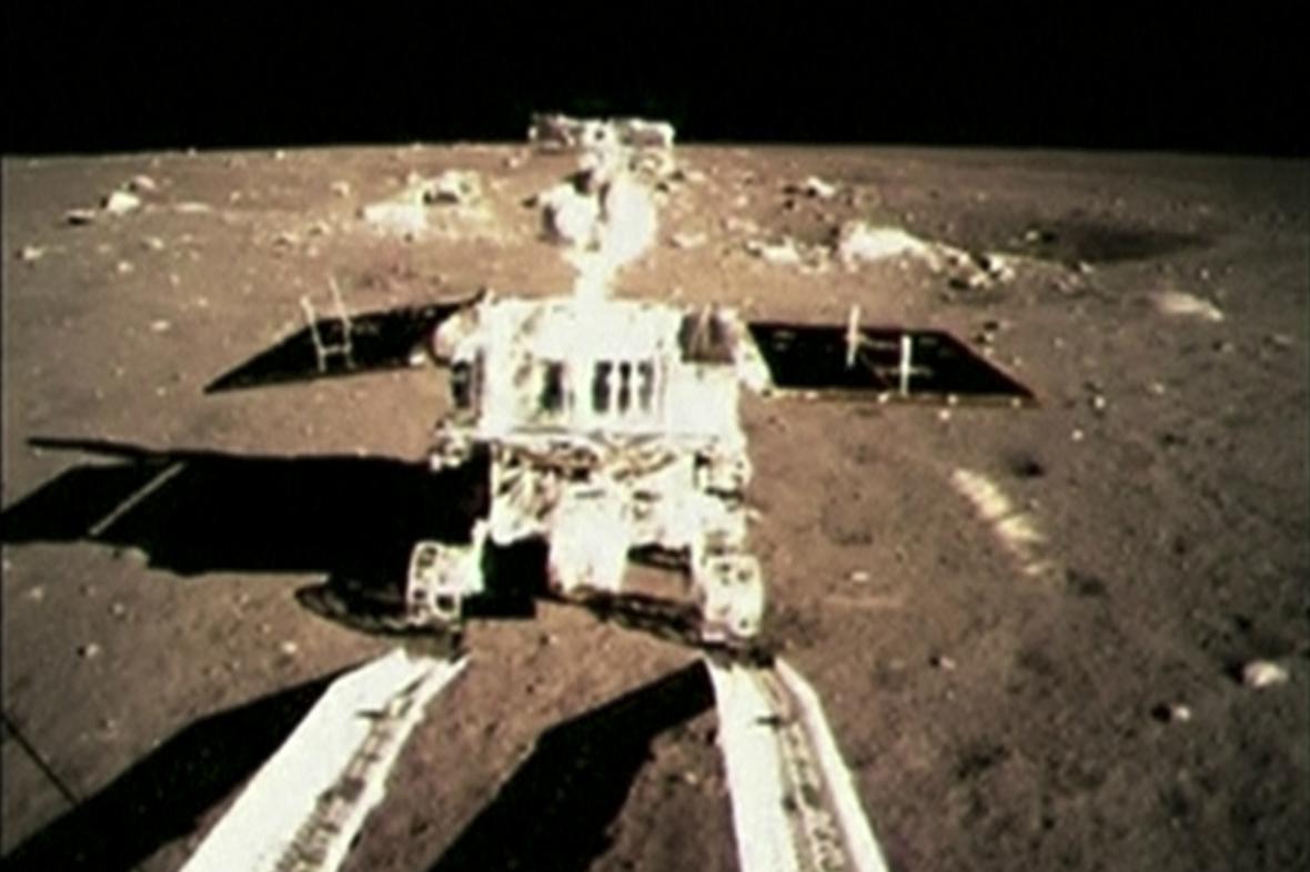 První kontakt Nefritového králíka s povrchem Měsíce