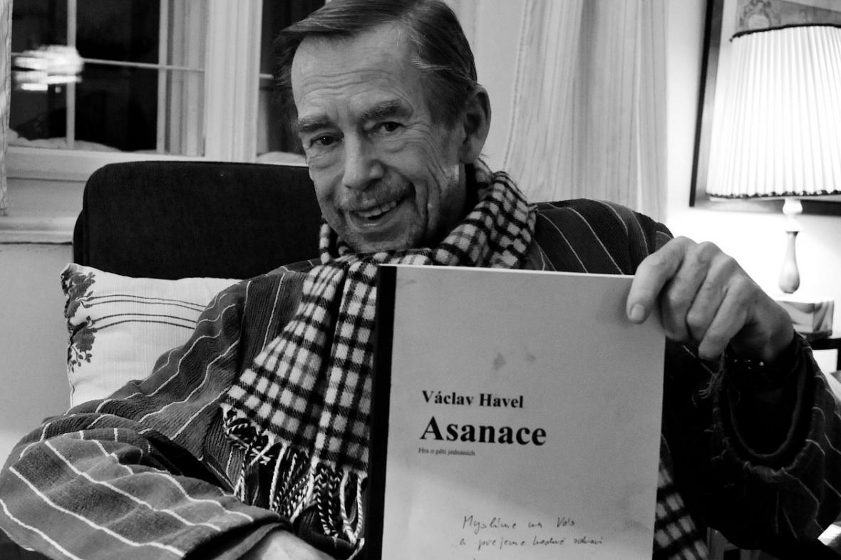 Václav Havel se svou hrou Asanace