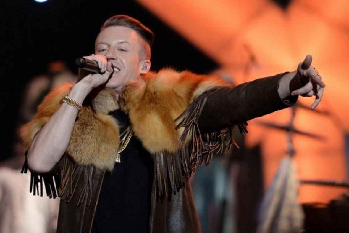 Macklemore vystoupil na nominačním večeru Grammy