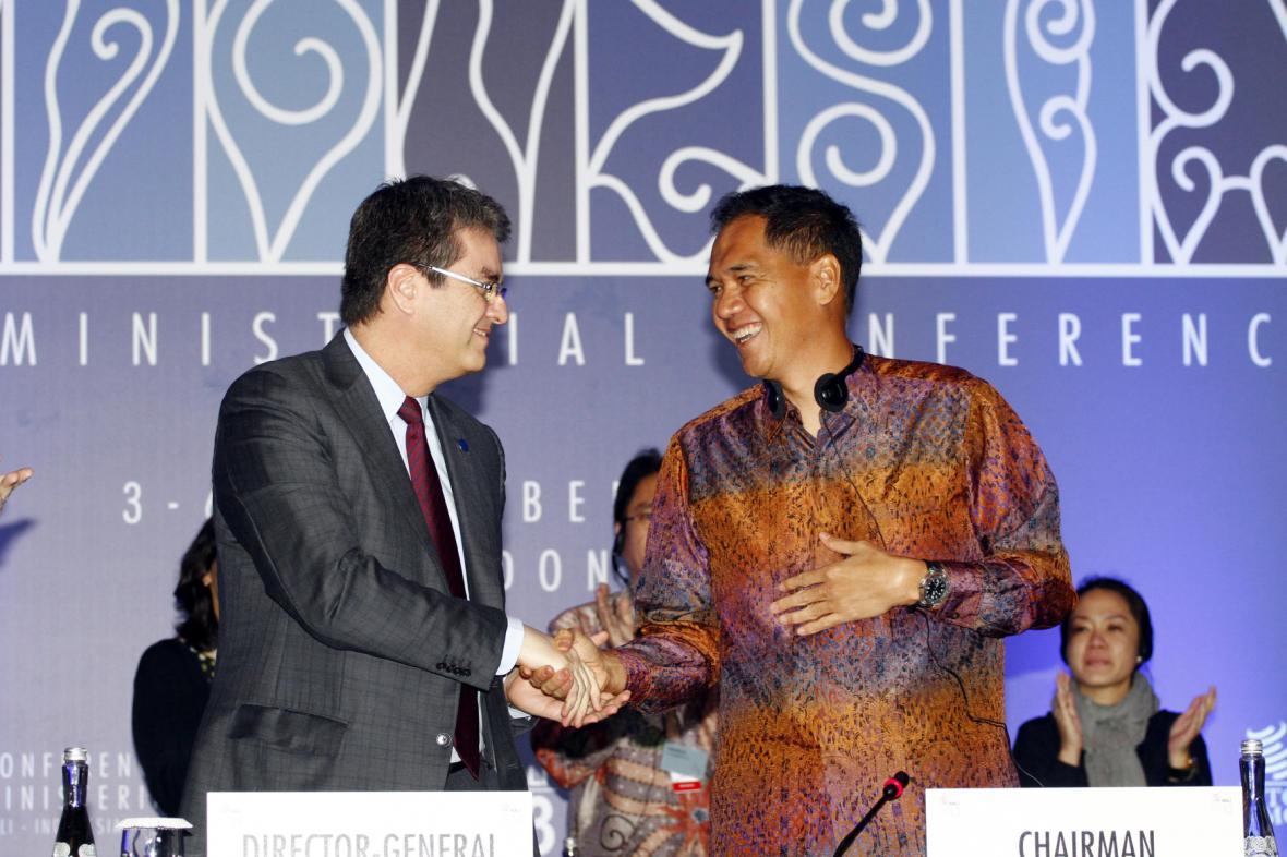 Generální ředitel WTO Roberto Azevedo a indonéský ministr obchodu Gita Wiryawan na konferenci WTO na Bali