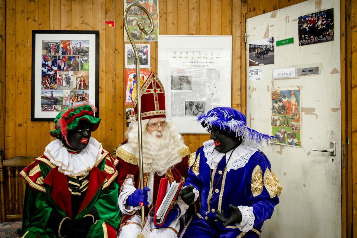 Nizozemský Sinterklaas se svými Černými Petry