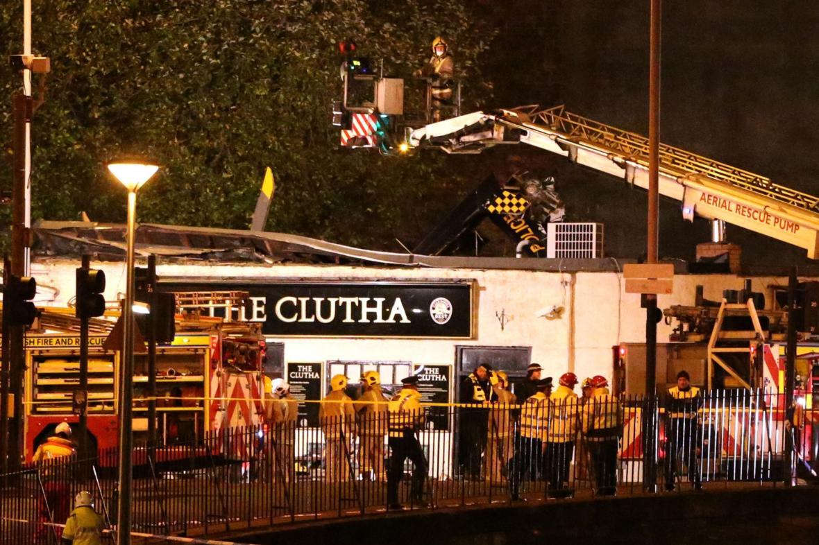 Na bar v Glasgow spadl vrtulník