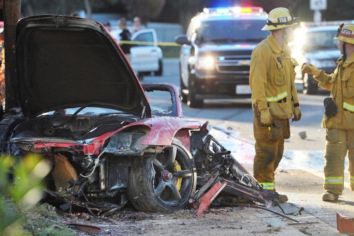Havarovaný vůz Porsche, ve kterém zemřel herec Paul Walker