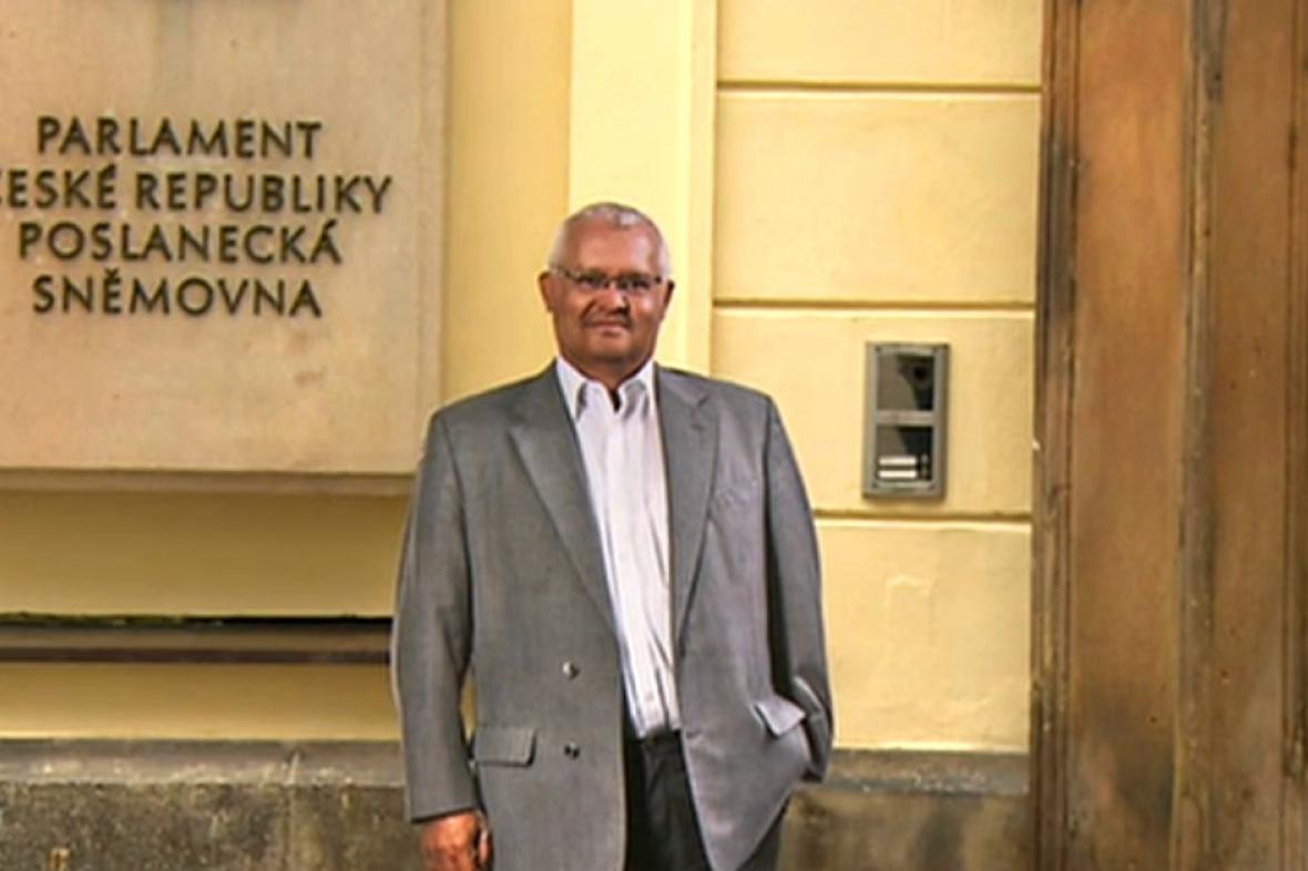 Figurína Miloslava Bačiaka před Poslaneckou sněmovnou