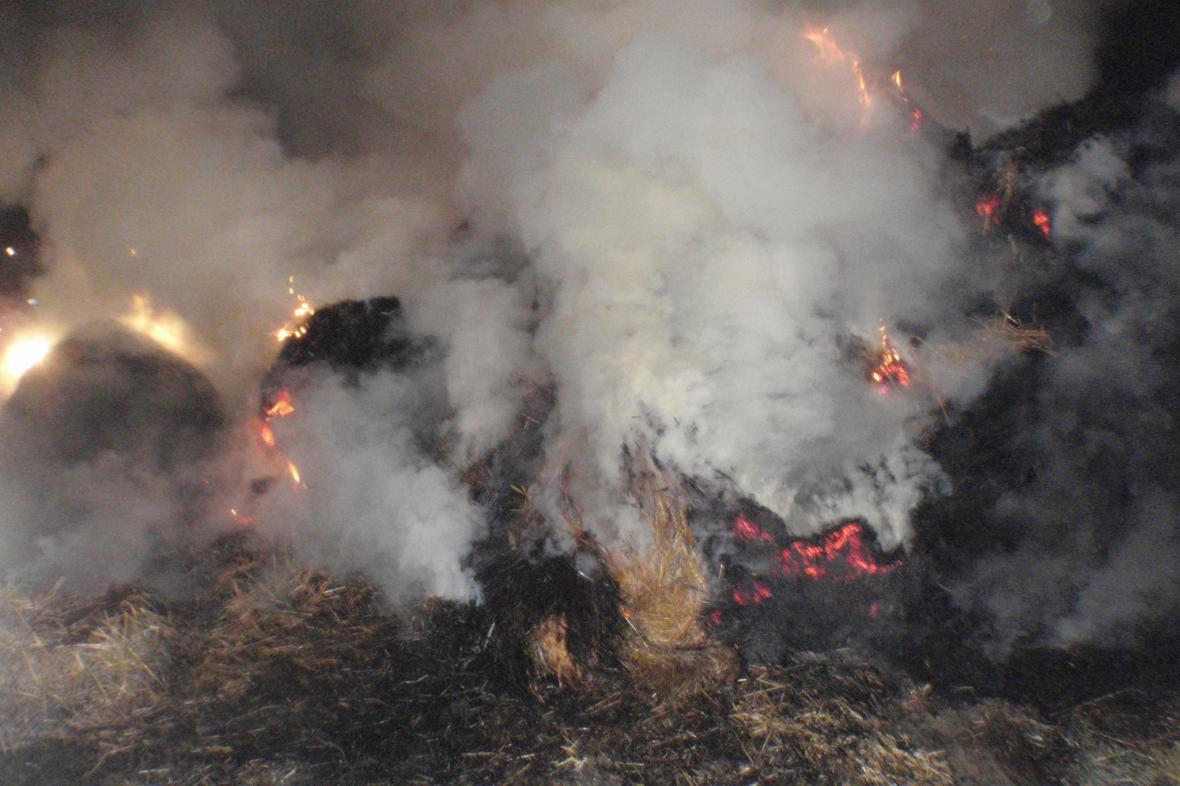 Noční požár slámy u obce Lutopecny