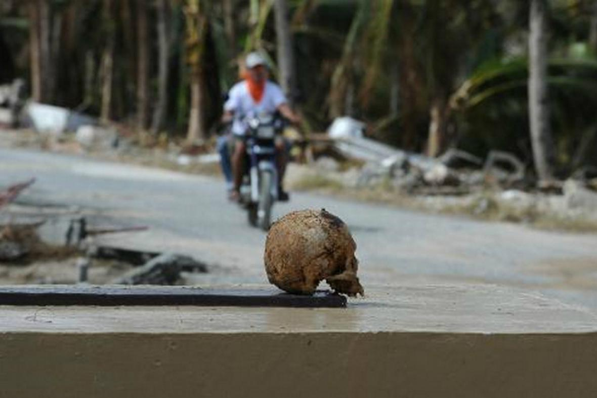 Tajfun Haiyan vyzvedl z hrobů lidské ostatky