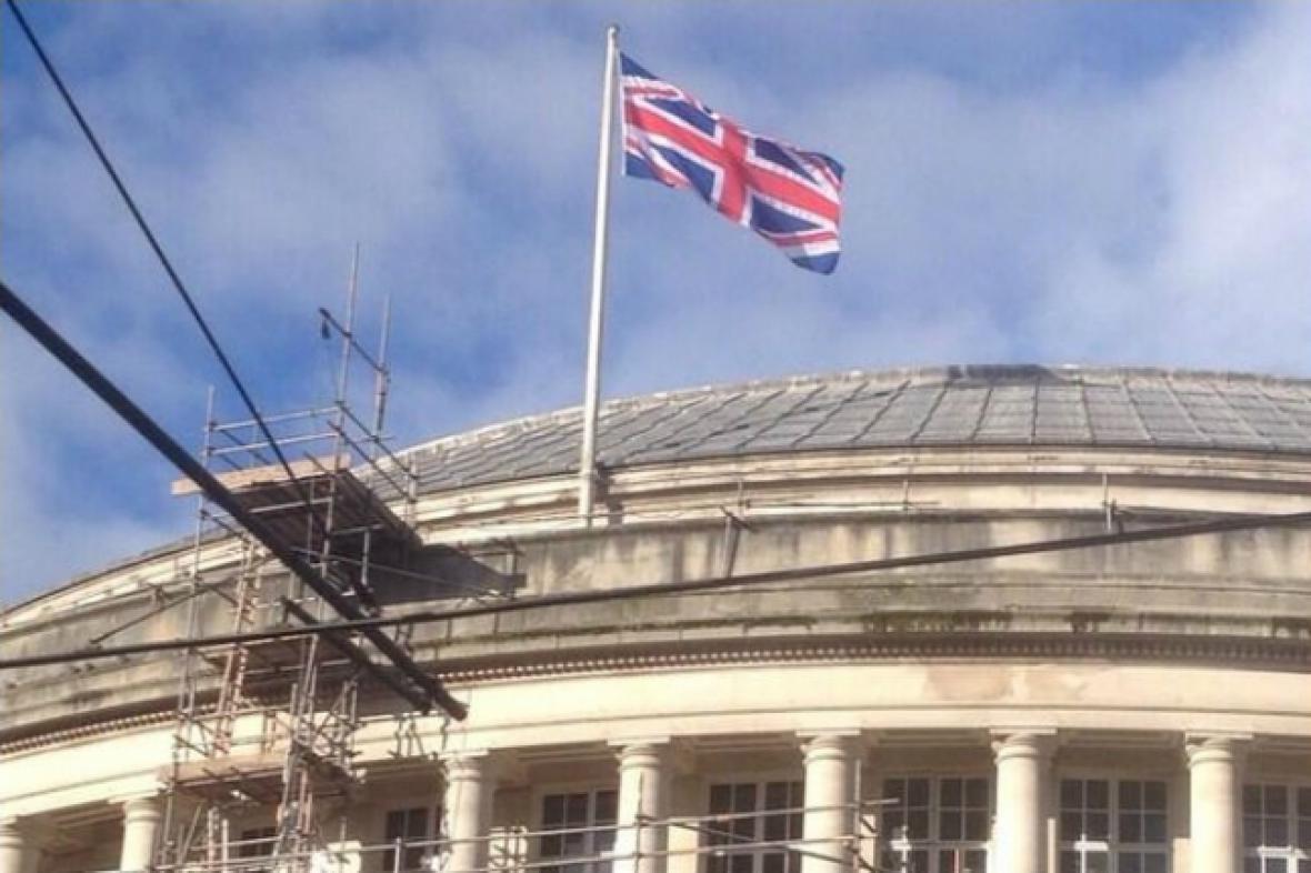 Chybně ušitá britská vlajka nad knihovnou v Manchesteru
