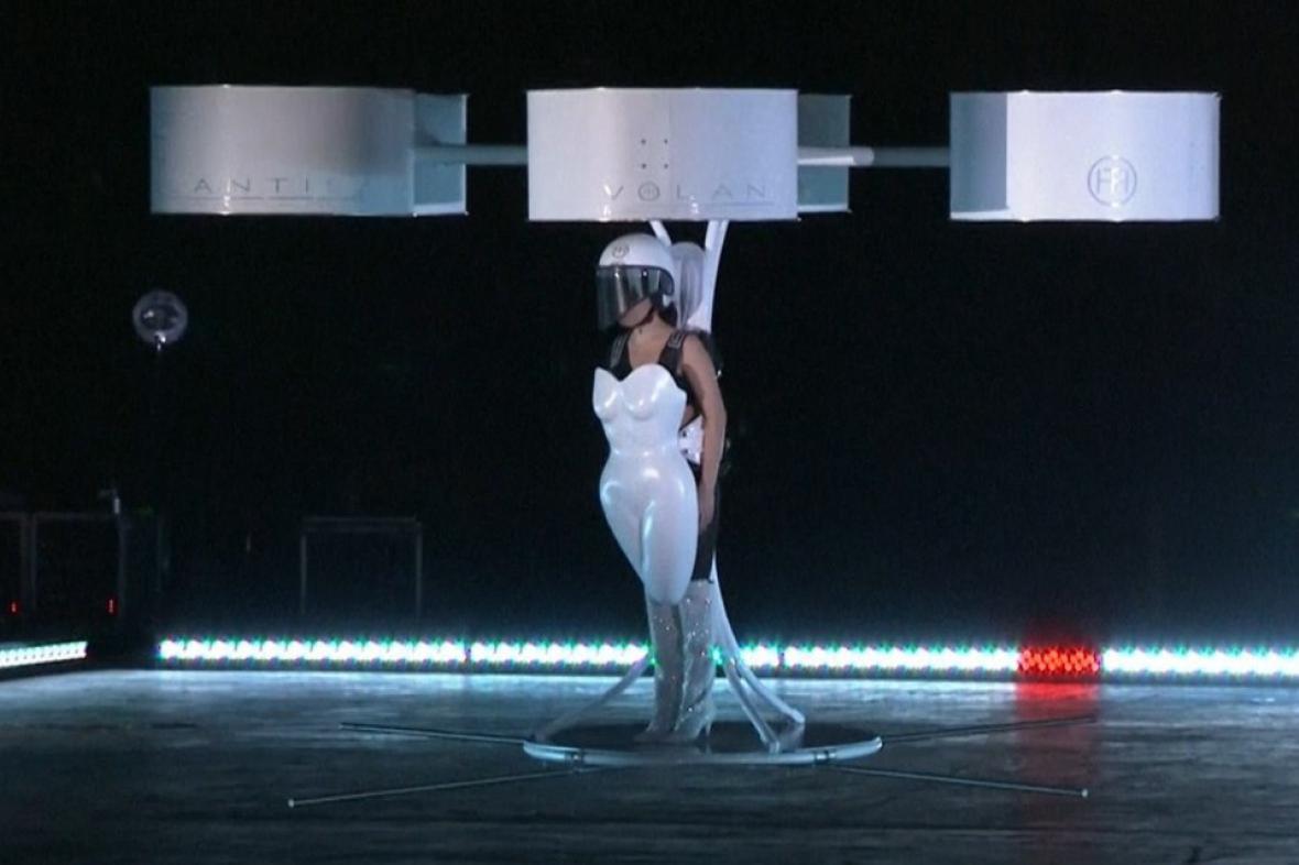 Lady Gaga v létajících šatech