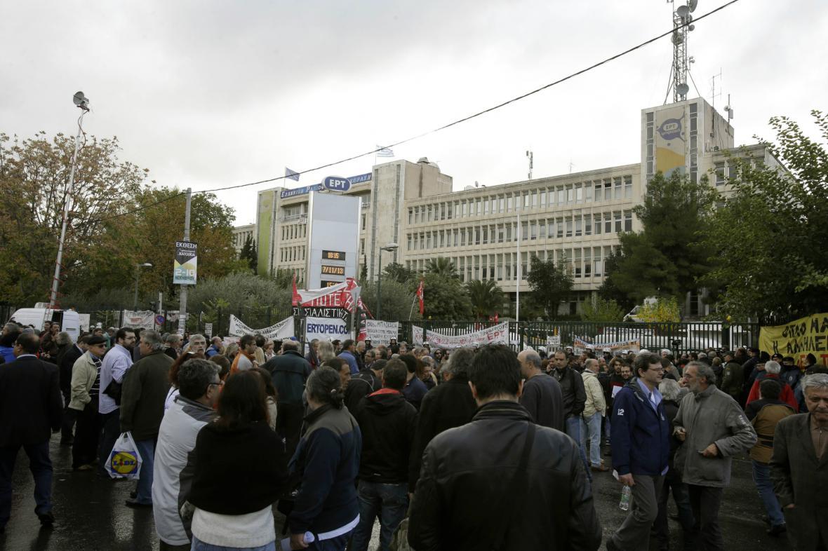 Lidé protestující proti vyklizení budovy ERT