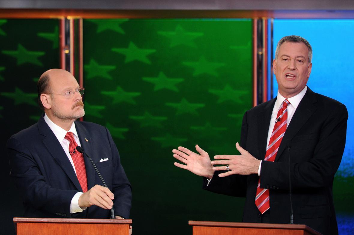 Joe Lhota (vlevo) a Bill de Blasio v předvolební debatě