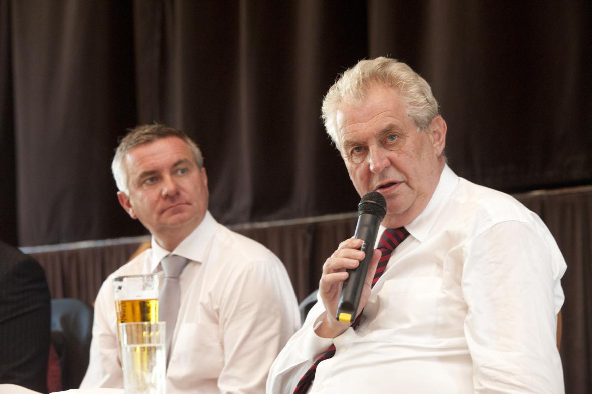 Prezident Miloš Zeman a jeho kancléř Vratislav Mynář na besedě v Osvětimanech na Uherskohradišťsku