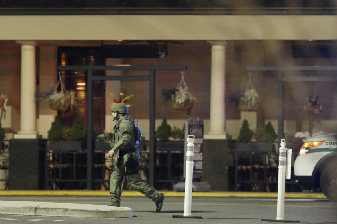 Policisté zasahují v nákupním centru v Paramusu