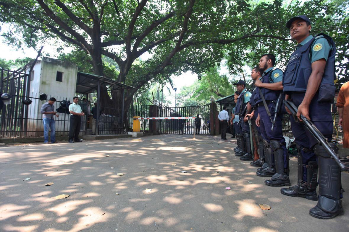 Bangladéšská policie hlídá přístup k soudu