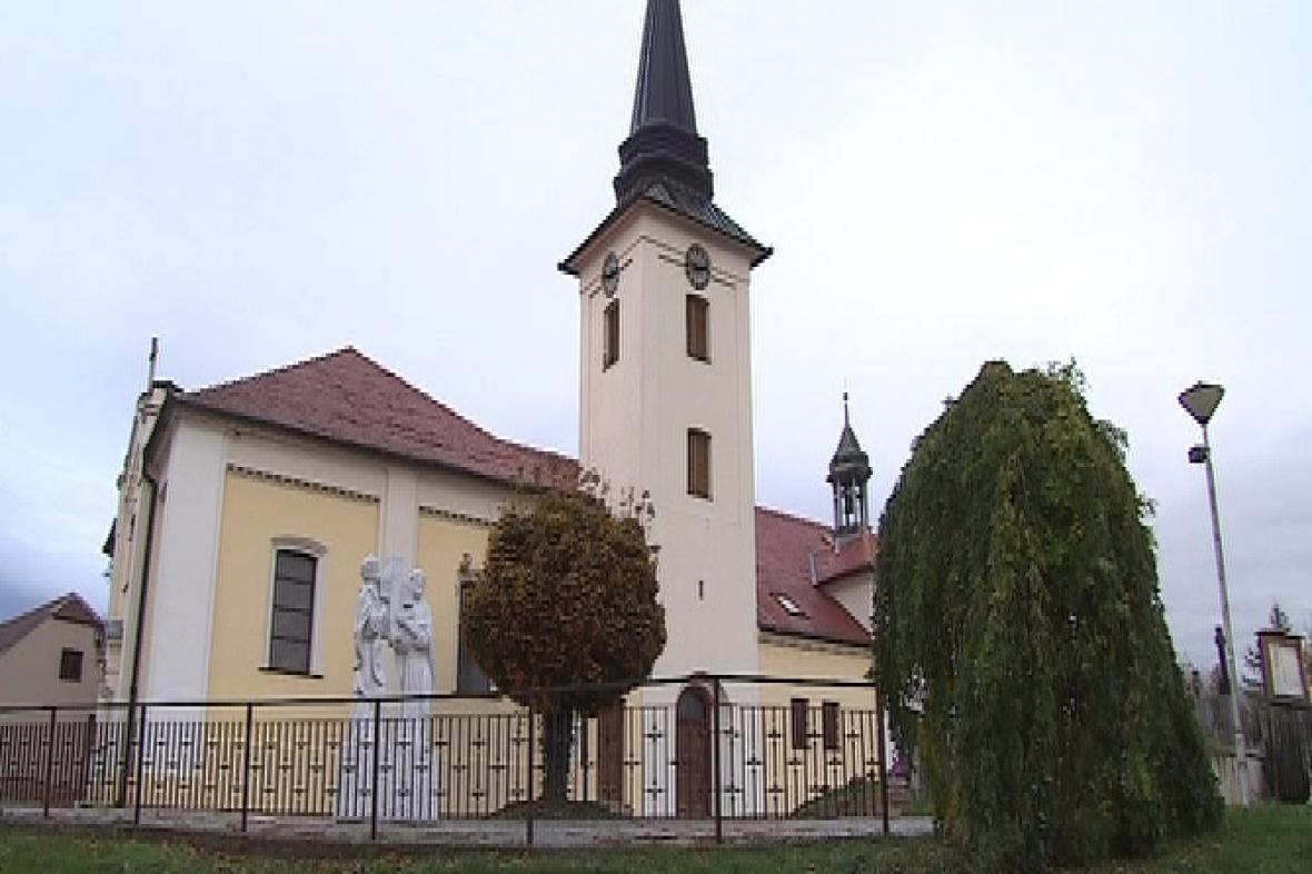 Kostel svatého Jiljí je dominantou Moutnic
