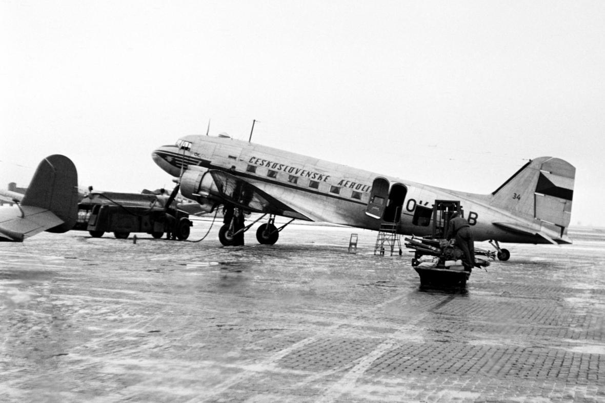 Letadlo ČSA na ruzyňském letišti v roce 1950