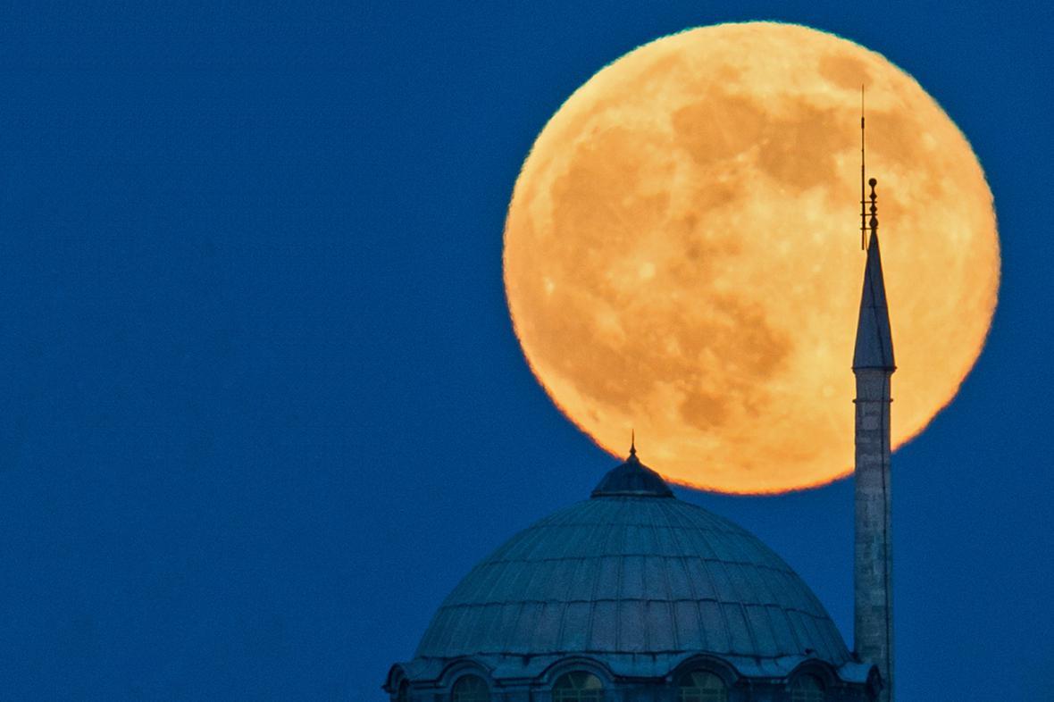 Superměsíc v Istanbulu