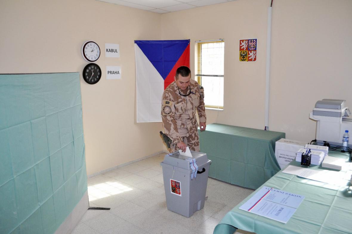 Čeští vojácí volí v Afghánistánu
