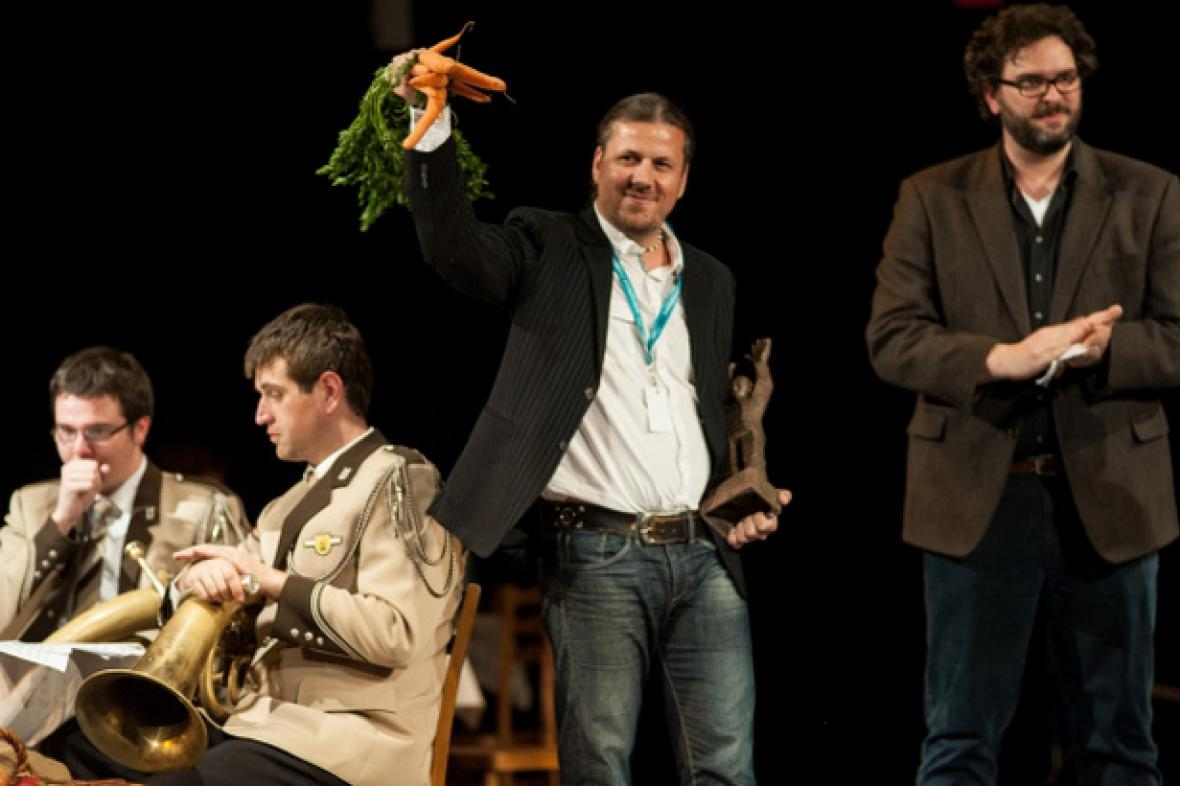 Dalibor Bártek při přebírání Ceny Respektu na MFDF Jihlava 2013
