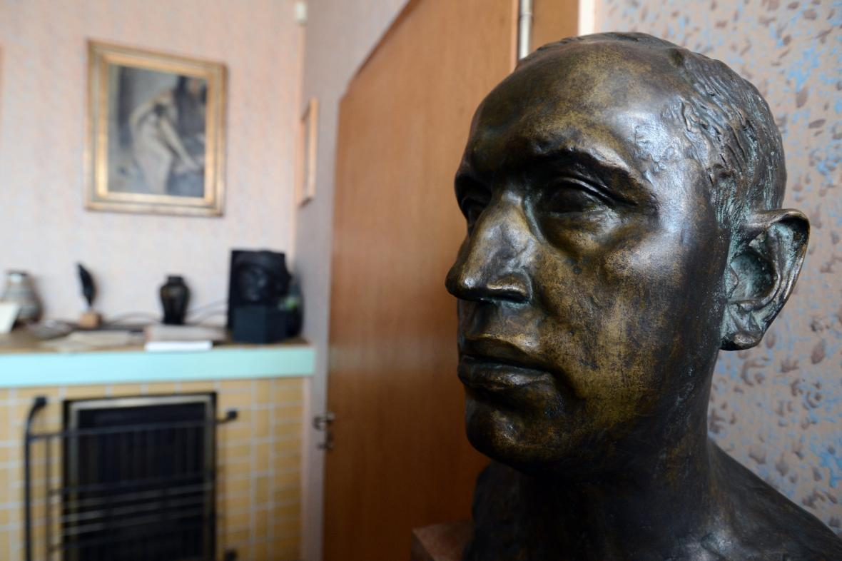 Čapkova busta v jeho pracovně