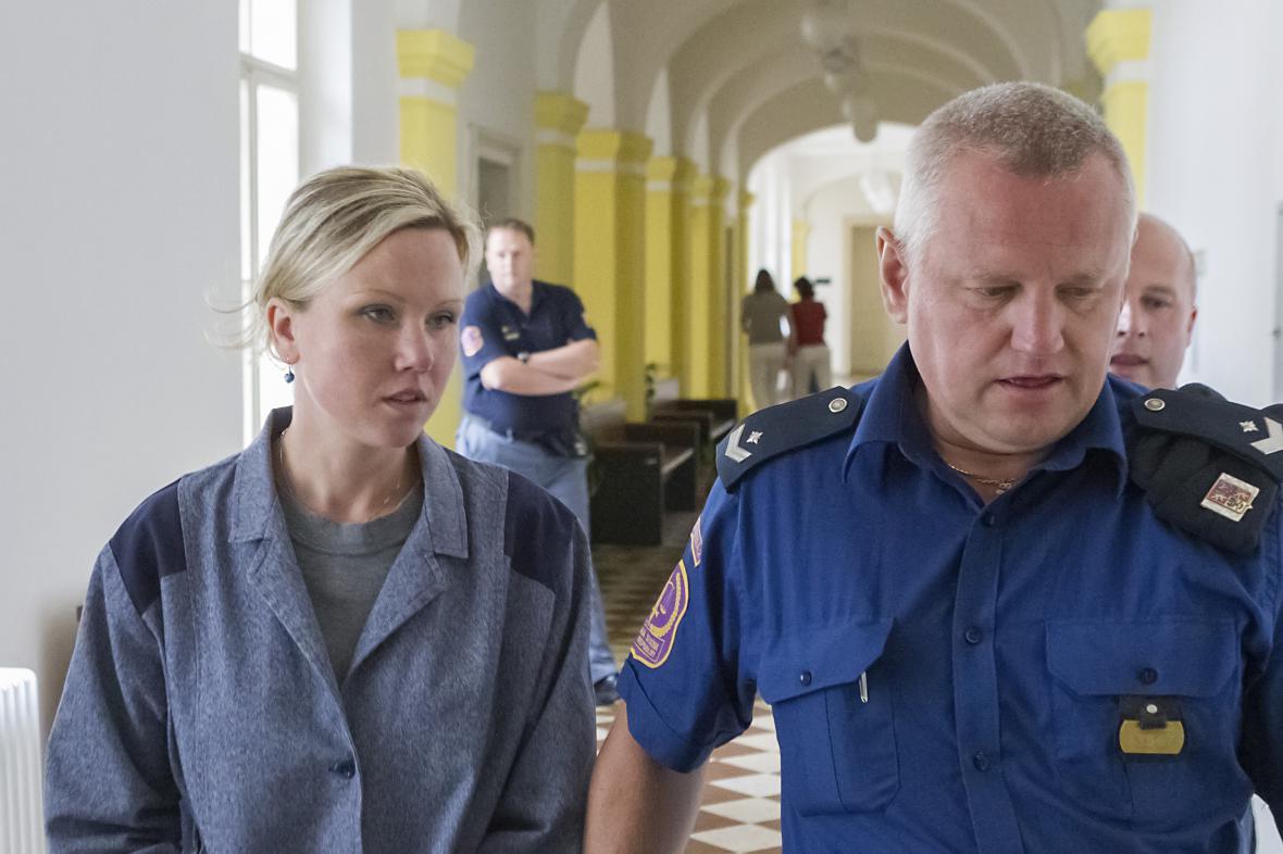Klára Mauerová přichází do jednací síně Okresního soudu v Opavě