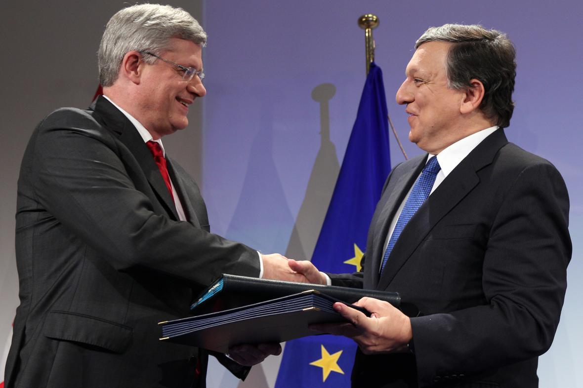 Předseda Evropské komise José Barroso (vpravo) a kanadský premiér Stephen Harper