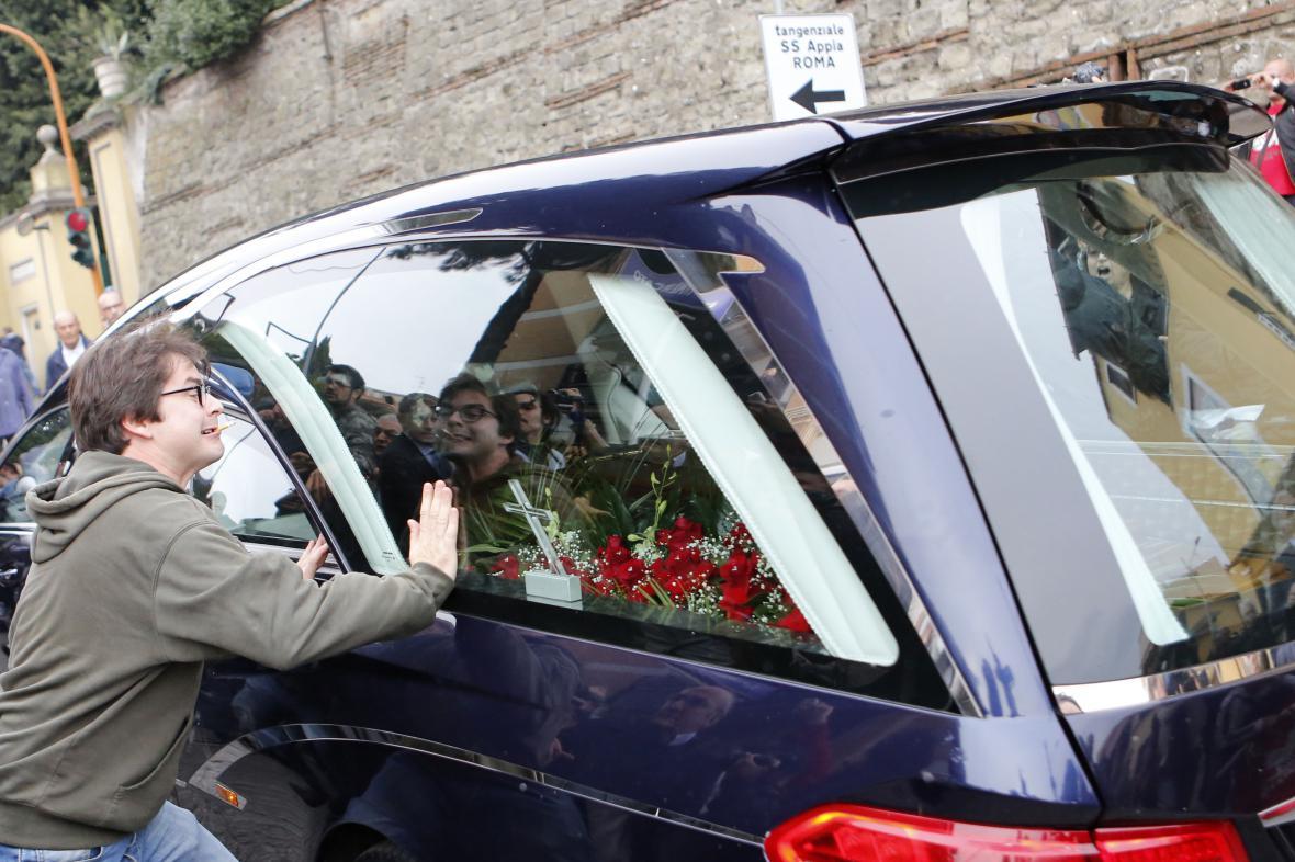 Priebkeho pohřeb byl kvůli protestům zrušen