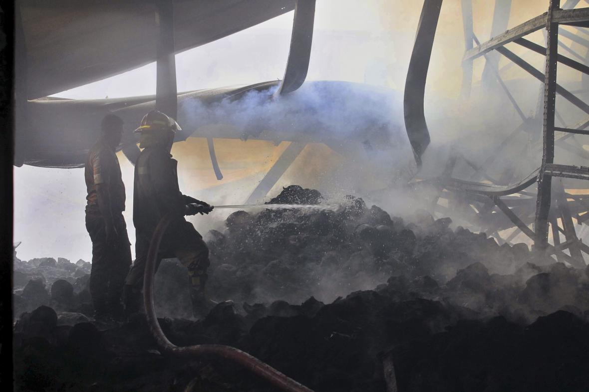Požár textilky v Bangladéši