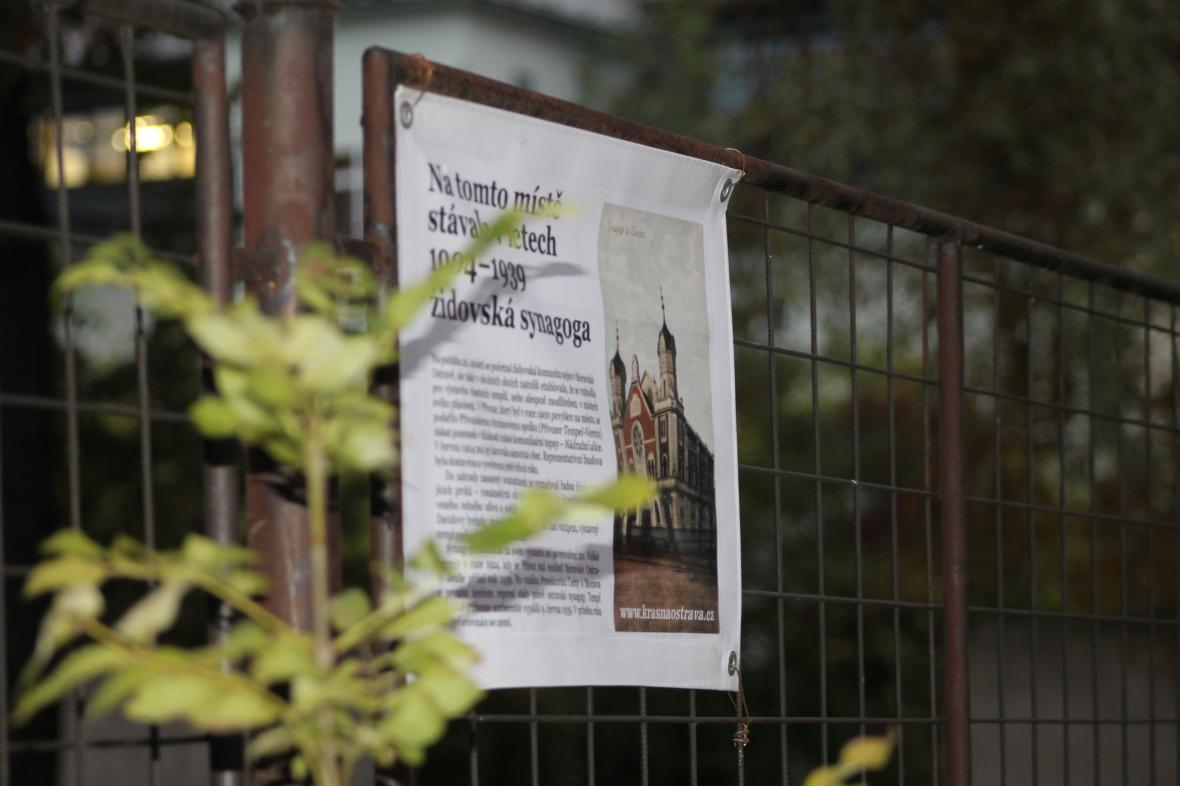 Pamětní cedule na místě, kde stála synagoga