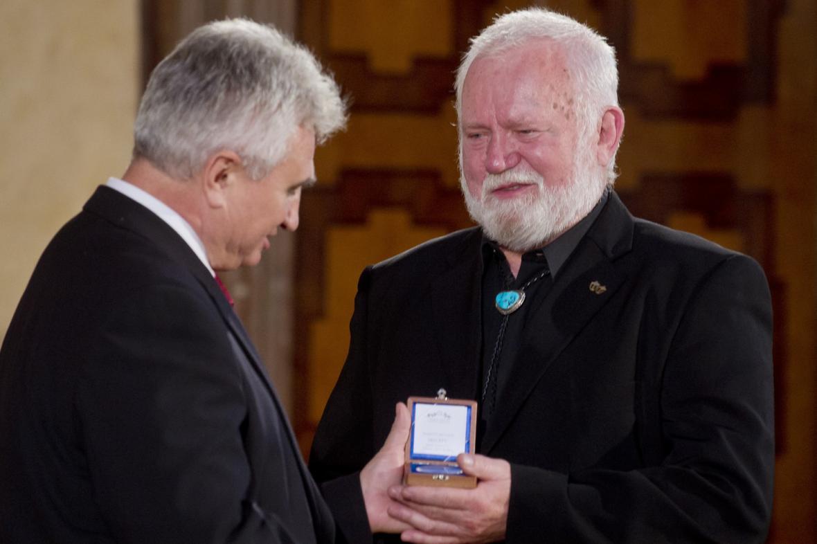 Mořeplavec Richard Konkolski přebírá pamětní medaili