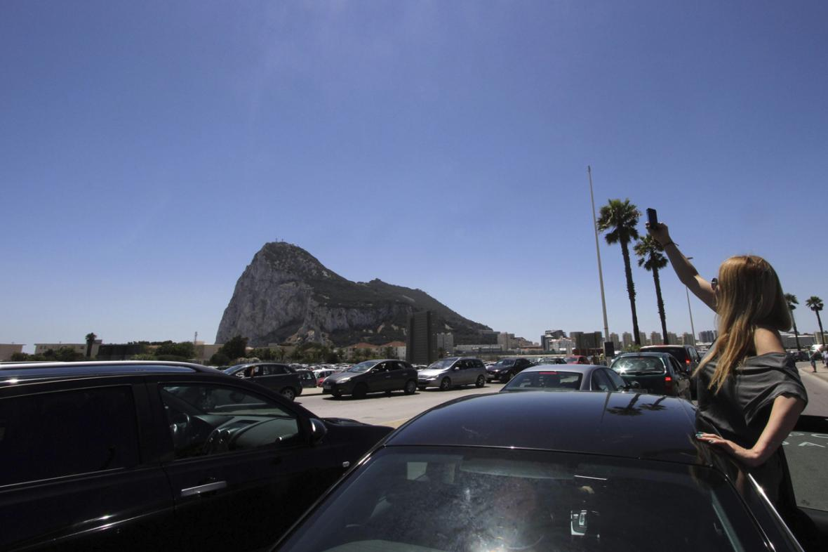 Gibraltar: Spor o umělý útes