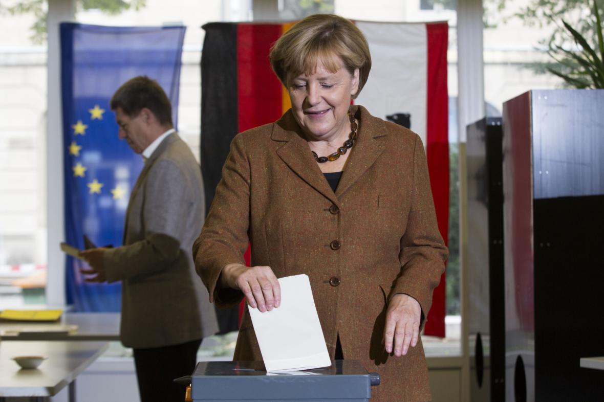 Angela Merkelová vhazuje volební lístek