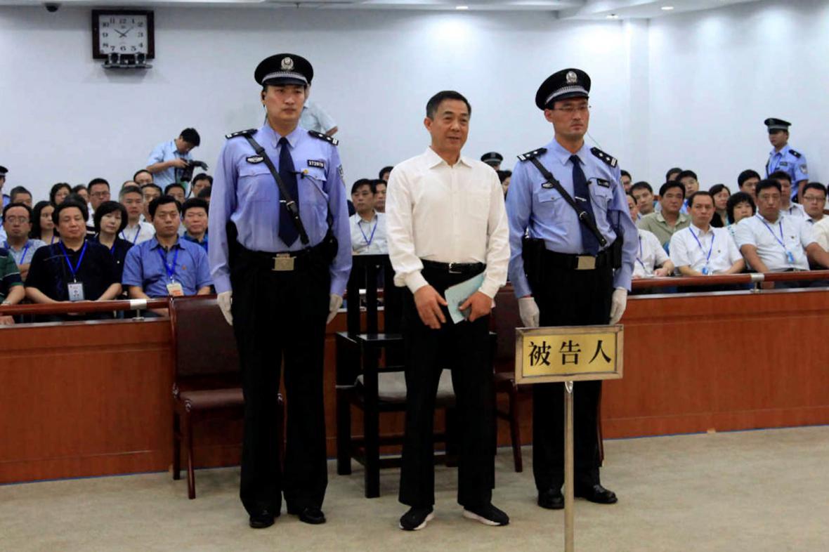 Po Si-laj před soudem v Ťi-nanu