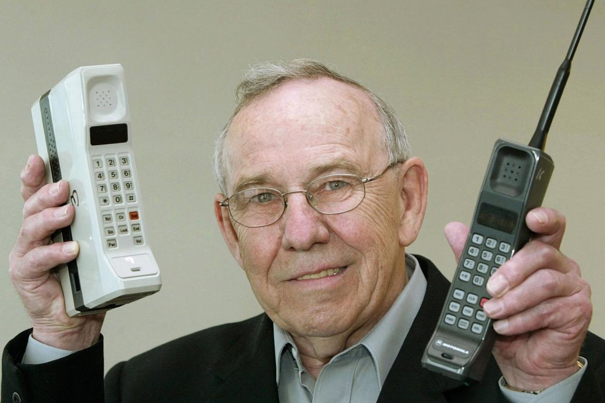 Bývalý šéf designérů firmy Motorola Rudy Krolopp ukazuje dva nejstarší typy