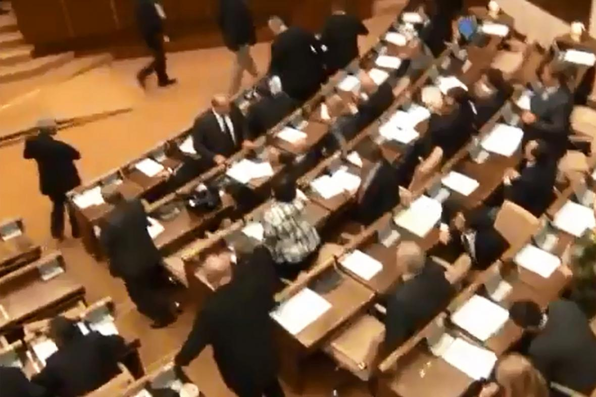 Poslanci Směru-SD opouštějí jednací sál