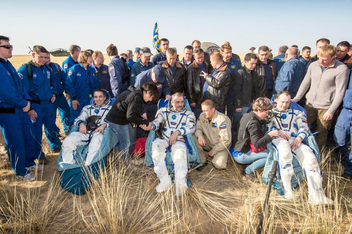 Chris Cassidy, Pavel Vinogradov a Alexandr Misurkin po přistání